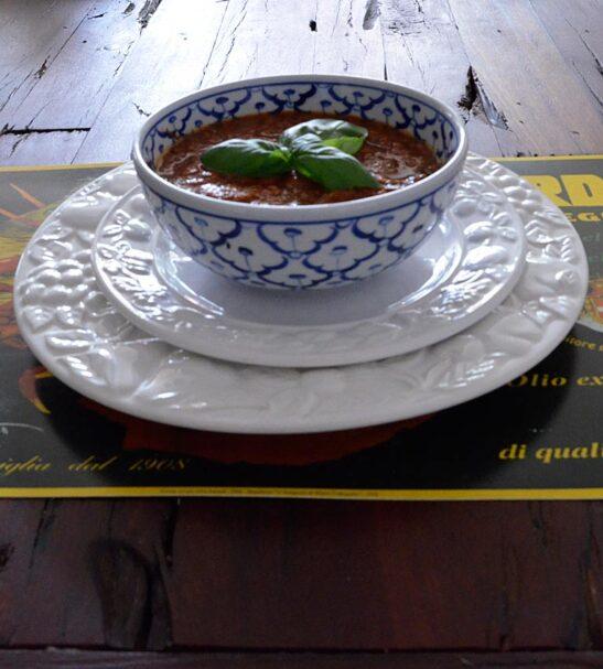 huisgemaakte tomaten-basilicum soep